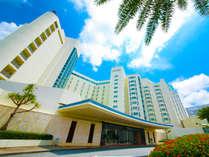 青と白のコントラストが爽やかなリゾートホテル。足を踏み入れた瞬間から、癒しの休日が始まります。
