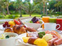 <朝食ブッフェ>南国の煌びやかな緑を眺めながら、あたたかな朝食時間をお過ごしください。