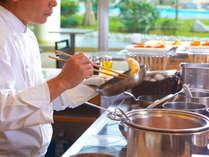 """<朝食ブッフェ>その場で作る""""ふわふわオムレツ""""は、チーズにランチョンミート、お好きな具を選んで♪"""