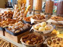 <朝食ブッフェ>ミニサイズが嬉しい【焼きたてパン】は種類豊富に♪沖縄素材のジャムを添えて。