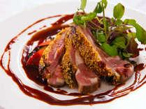 <パセオガーデン>稀少な仔牛の肉は、レアに仕上げることでジューシーさを味わって。