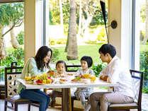 日の光と自然の緑に包まれてまるでピクニック気分♪沖縄の南国情緒あふれるごはんタイム♪