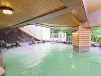 緑がかった乳白色の露天風呂は開放感抜群でウッドデッキも併設☆渓流の音を聞きながらほっこりリラックス♪