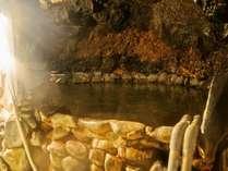 岩壁をくりぬいた「岩穴風呂」。洞窟で冒険気分!?