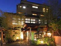 温泉街の中心に位置する全21室のお宿。12種類の豊富な客室と料理自慢の宿です。
