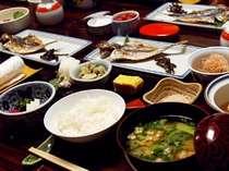 地元産の鯵の干物が人気。栄養バランスの整った朝食です。(一例)