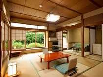 ■小さな前庭の付いた落ち着いた10畳間。小林秀雄先生はじめ多くの文人に愛された部屋です。