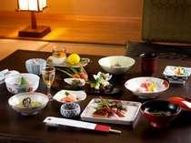 月替わりの夕膳(一例)お食事はお部屋でお召し上がりいただけます。