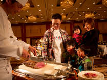 *【夕食】OsDining:ビュッフェ/ニューオータニ伝統のローストビーフが、目の前で切り分けられます。