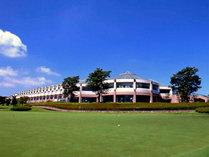 *ゴルフのクラブハウス外観、開放感にあふれた憩いとくつろぎの空間が広がります。