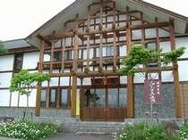 本館(旅館棟)は丸太を贅沢に使し、宮大工さんが丁寧に仕事した木造建築。