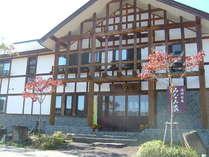 秋のみなみ家外観本館(旅館棟)は丸太を贅沢に使し、宮大工さんが丁寧に仕事した木造建築。