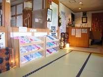 女性用浴衣を展示したフロント。観光パンフレットや各種割引券も多数ご用意しております。