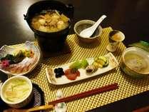 お夕食は季節の野菜は地元食材をたっぷり使用した手作り懐石料理を一品づつ地酒とともに。