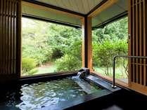 ■温泉付離れ 臥龍梅■解放感のある客室温泉で気兼ねなくのんびり♪窓を開けると露天気分も味わえます☆