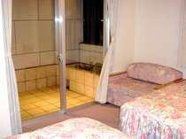 当ホテル2部屋のみのツインルーム、専用のテラス付、バス・トイレ別々のゆとりの空間。