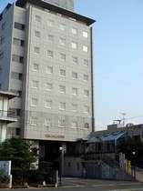 ホテル外観、高層階からは石鎚連峰・瀬戸内海を望む
