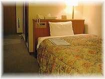 全シングルセミダブルベッド完備。16平米のゆったりしたお部屋でお寛ぎ下さい。