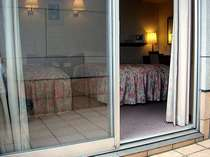 ツインルームの専用のテラスから室内を望む。目の前には石鎚連峰の眺望が広がります。