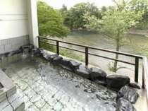 渓流を望む露天風呂