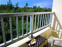 部屋のバルコニーからの風景。宮古島の風と、美しい海の青に癒されるひとときを!
