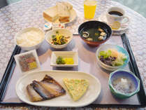 【朝食一例】ボリュームのある日替わり朝食をどうぞ。ご飯、パン、汁物はおかわり自由&ドリンクバー無料!