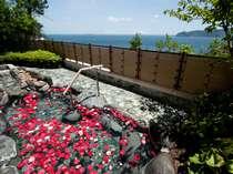 【露天風呂】美肌効果のあるバラの花を丸ごと浮かべた、バラの香りのお風呂をお楽しみ下さい(女性限定)