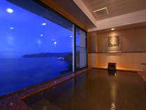 海を眺めながらゆったりとくつろげる広々とした貸切風呂[1組45分/4,200円]