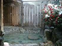 雪景色とさざんかの貸切露天風呂「美肌の湯」