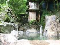 神湯荘谷沿いの湯煙上がる露天風呂 野鳥も見える