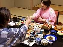 【カップル】ご夕食はふたりだけの食事の時間を仲良く愉しんで(一例)