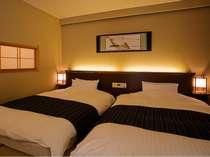 【コーナースイート】ダブルサイズのベッド、枕はテンピュール製(一例)