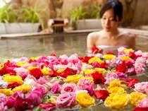 【花すみか】はな露天:女性限定で楽しめるバラの花びらを浮かべた露天風呂(夜一例)