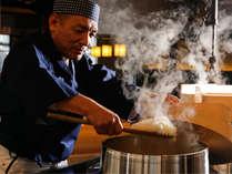 釜でじっくり丁寧に炊き上げたモチモチとした食感のご飯をお楽しみください(一例)