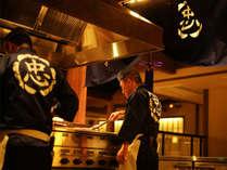 客前ライヴ・キッチンで供される美食を味わってください(一例)