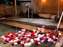 【花すみか/女性露天風呂】バラの花が浮かぶ夜の露天風呂「はな露天」一例