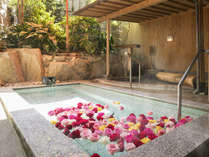 ■B1F花すみか■季節の花々が楽しい気分と豊かな香りを運ぶ【はな露天】(婦人風呂)
