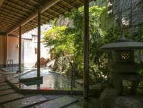 ■B1F花すみか■吹き抜ける風が爽やかな、日本庭園風の露天風呂。【あわ露天】(殿方風呂)