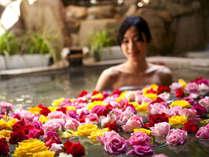 ■B1F花すみか■夜はバラ、朝はランと彩り豊かな花々が水面を飾ります【はな露天】(婦人風呂)