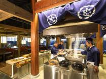 """【レストラン‐丸忠】開放感あるレストランで、当館料理人の""""自慢の技""""をご覧いただけます。"""