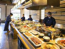 【ご朝食イメージ】だし巻き、天ぷらはライブキッチンで揚げたてを!お造りや蟹などの豪華食材も並びます。