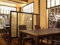 【レストラン‐丸忠】木造建築の生み出す落ち着きと、モダンな設えの親しみやすさが合わさった空間。