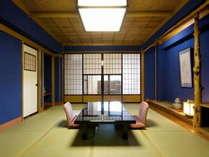 【コンフォートスイート/居間】鮮やかでありながら渋く落ち着いた色調のお部屋