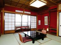 【シ゛ュニアスイート/居間】金沢伝統の落ち着いた朱塗壁の客室(3室/5室中)