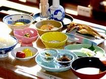 朝食にはほかほかの和定食をお召し上がりください(一例)