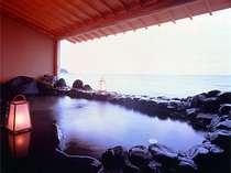こんこんと湧き出る豊富な湯量42度の温泉は自家源泉。日本海を一望する潮騒がうれしい波打ち際の露天風呂