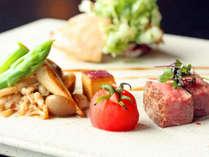 秋田牛の柔らかロースステーキ、鶏肉の山椒香味ソース※イメージです。