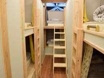 女性専用ドミトリー(10人の相部屋)大工さんにオーダーメイドで作って頂いた安定感のあるベッドです。