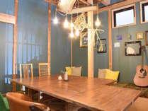 1階の共有スペースは、朝は喫茶・夜はスナックとしてオープン。地元の方と交流を楽しむこともできます。