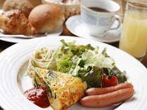 伊那のさくらたまご、軽井沢デリカテッセンのハム・ウィンナ、信州産ジュース・紅茶、自家焙煎珈琲が自慢。